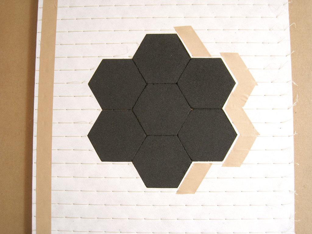 内部の方は、この様にして六角パワーボードを敷き込んでいます。
